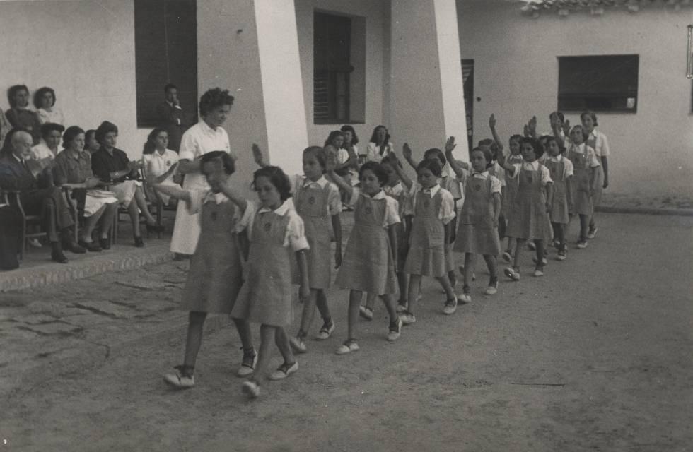 Un grupo de niñas en un acto de la Sección Femenina, durante el franquismo.