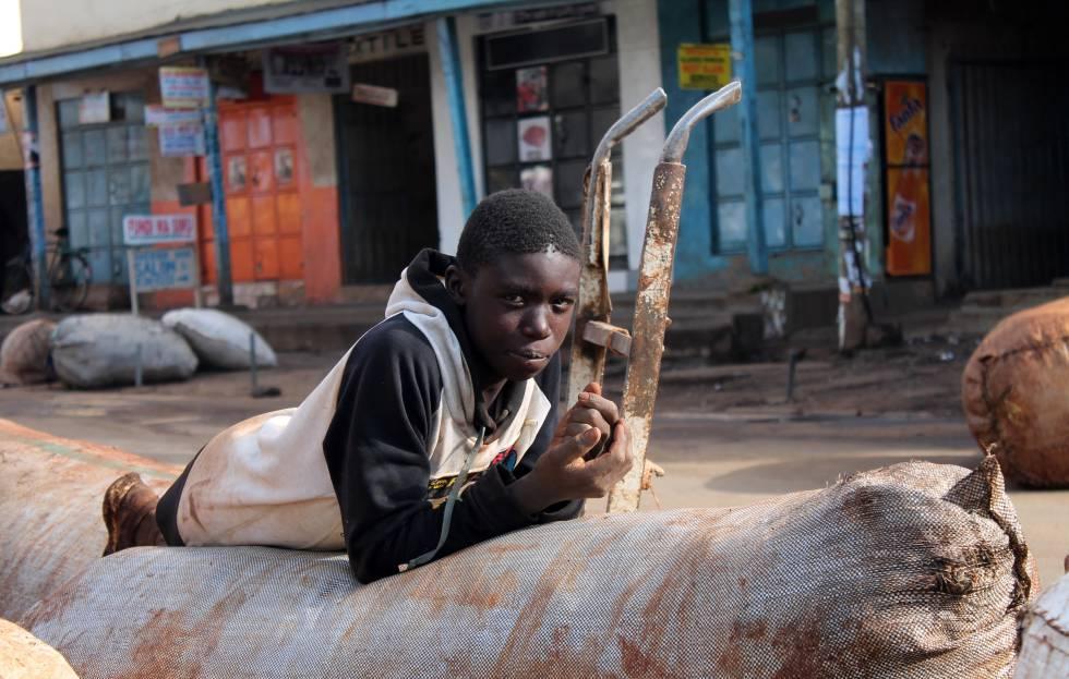 Cargando sacos de 50 kilos, los chicos de la calle de Eldoret consiguen 50 chelines, apenas medio euro.