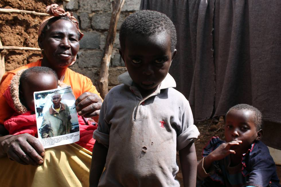 Jacinta Nyamura sostiene la foto de su nieto Kimani Mokero, desaparecido hace casi cuatro años en una redada policial.