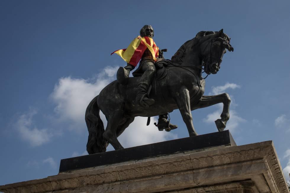Una bandera española en una estatua a la entrada del Parlament de Cataluña.