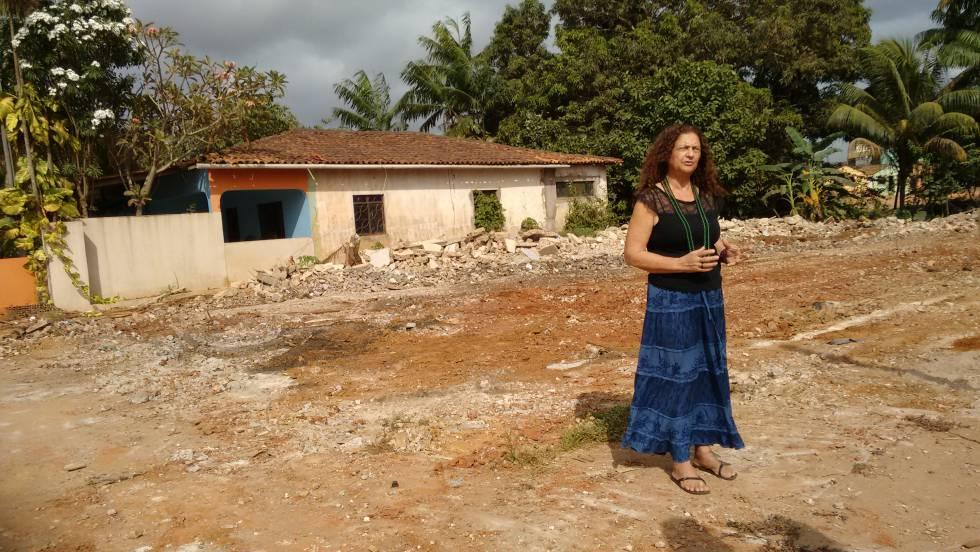 Antônia Melo da Silva, junto a su casa, días antes de que fuese derruida.