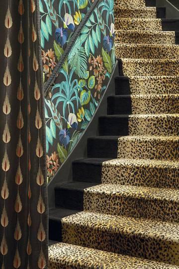 Una de las señas de identidad de los establecimientos Beaumarly son los estampados sin complejos y los poderosos coloridos. Así, las escaleras del club Matignon, decorado en el estilo barroco característico del interiorista francés Jacques Garcia, se recubren de leopardo.