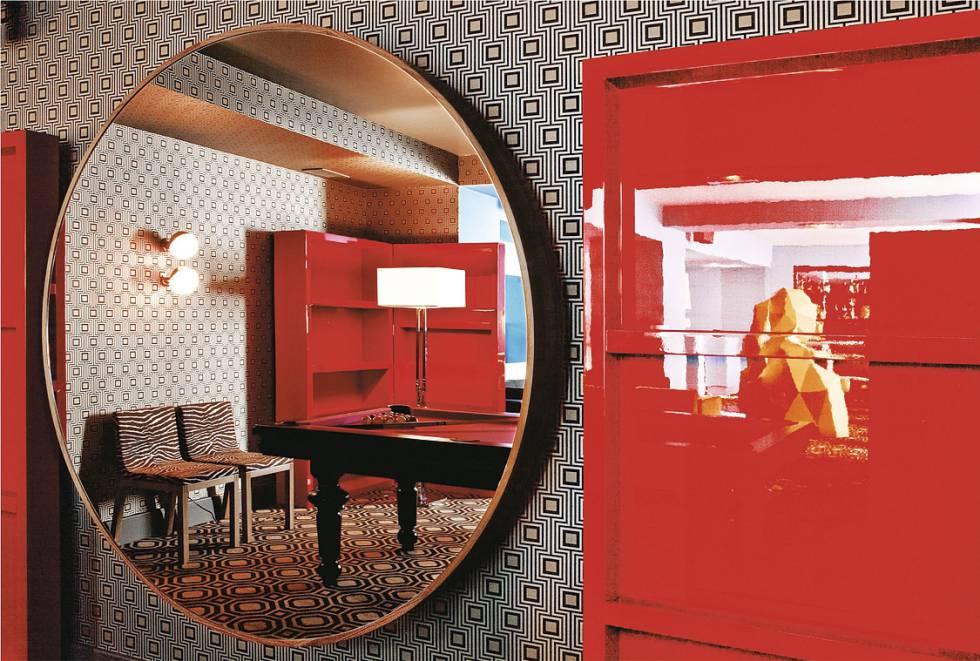 El Café Germain exhibe un armario lacado en rojo profundo digno de alguna película de Dario Argento.