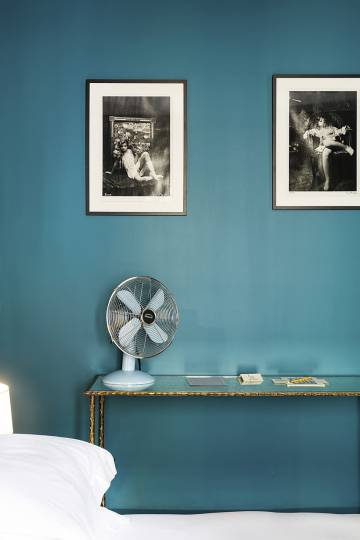 El Hôtel Amour se tiñe de un apacible azul.