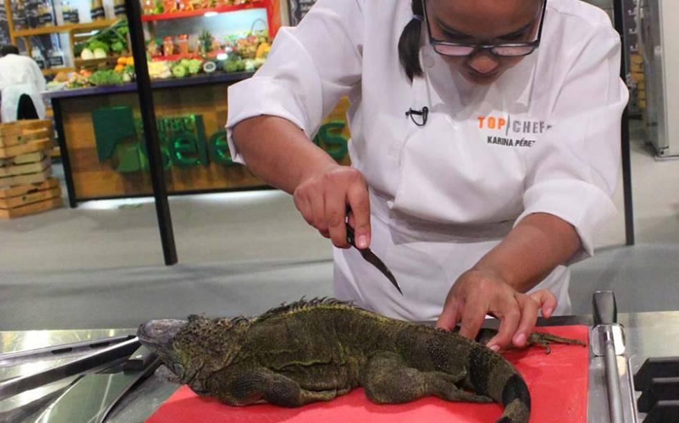Una participante de Top Chef se dispone a cocinar una iguana el domingo.