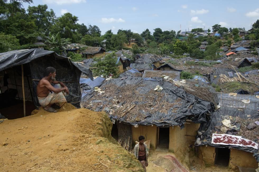 Un hombre observa el refugio de Kutupalong Makeshift, uno de los principales asentamientos en Bangladesh en el que algunos de los 507.000 rohingyas recién llegados desde Myanmar han buscado refugio.