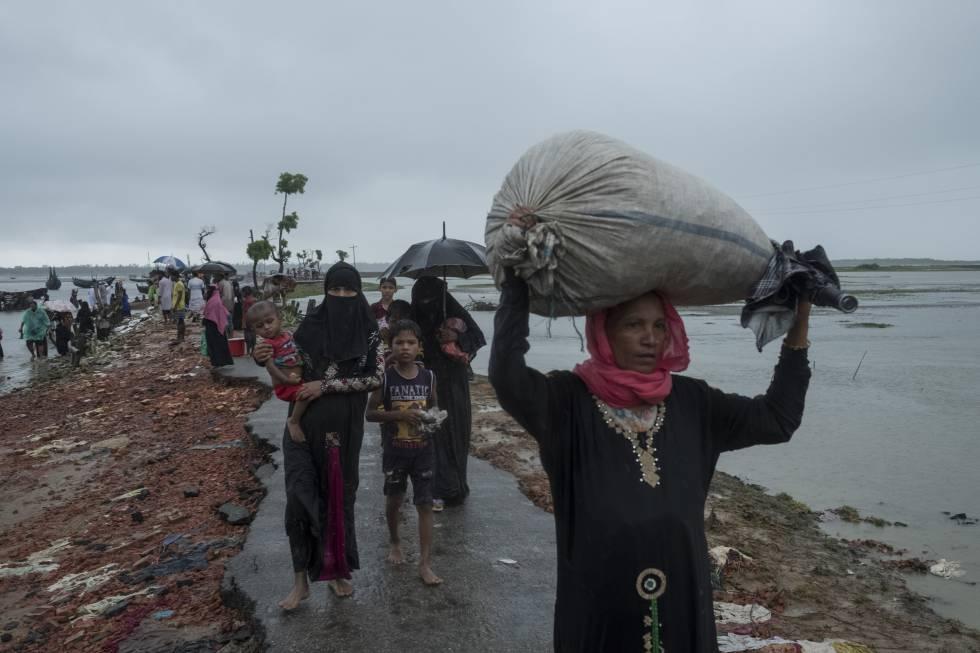 Un grupo de refuguados bajo la lluvia, en el cruce fronterizo en el río Naf, cerca de Teknaf (Bangladesh), el pasado 19 de septiembre.Más de 422.000 rohingyas han huido a Bangladesh desde el estado de Rakhine (Myanmar) tras una escalada de violencia el 25 de agosto.