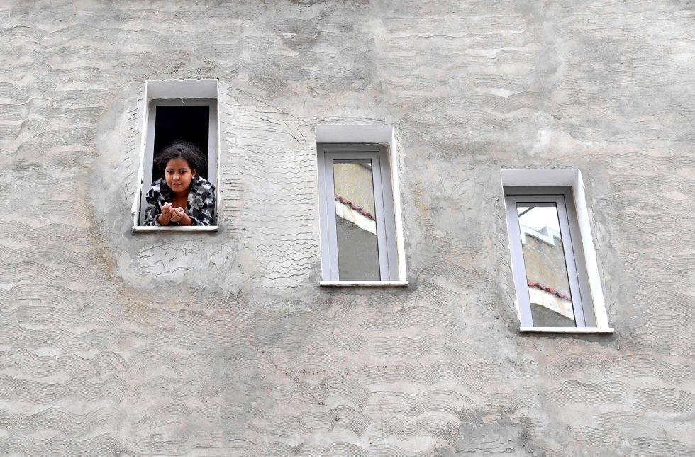 Una niña se asoma por la ventana de un edificio el 4 de octubre en Zarzouna, al norte de Túnez.