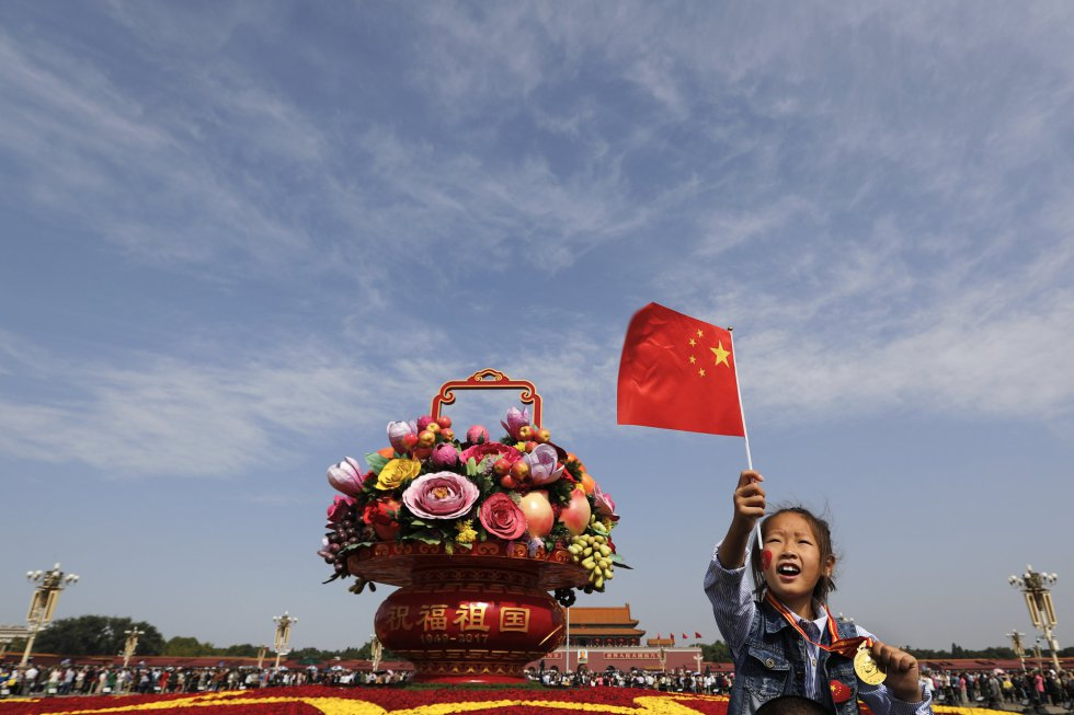 Una niña china sobre los hombros de su padre en la celebración del Día Nacional de China en la plaza de Tiananmen en Pekín el 1 de octubre.
