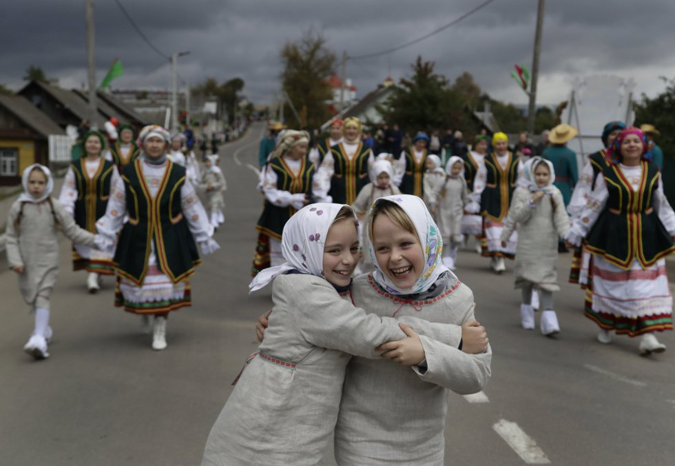 Niñas vestidas con el traje tradicional bielorruso durante el festival que marca el final de la recogida de la cosecha en el pueblo de Smolevichi, el 7 de octubre.rn