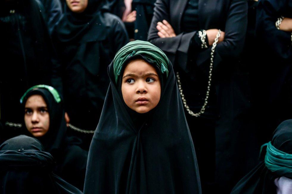 Una niña participa en una procesión religiosa durante la celebración shiita de Ashura en Estambul, Turquía, el 30 de septiembre.