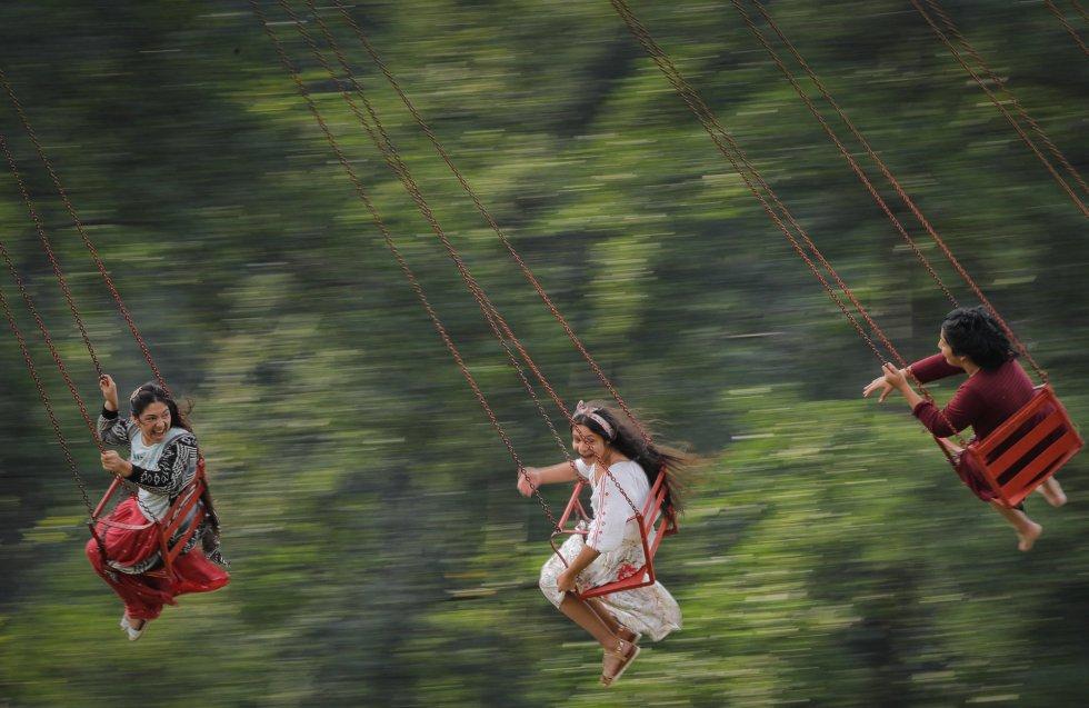 Niñas romaníes jugando en una atracción en Costeti, Rumanía el 8 de septiembre.rn