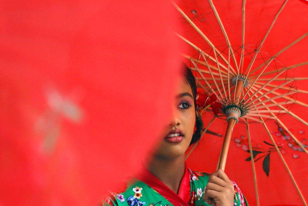 Una niña durante una actuación escolar por la celebración del Día Mundia del niño en Colombo, Sri Lanka, el 1 de octubre.rn