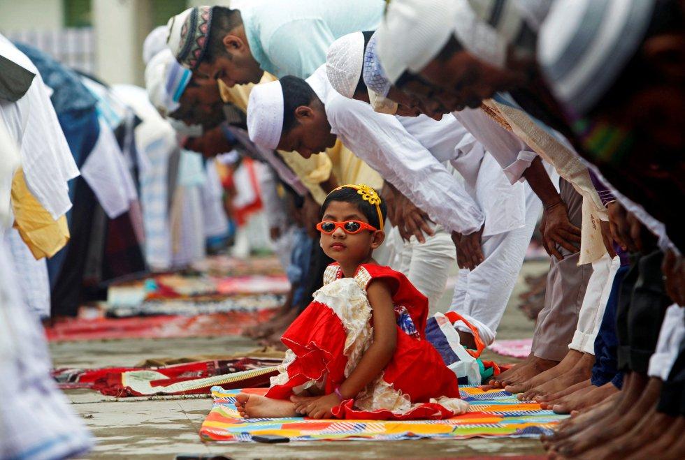 Una niña alrededor de hombres durante el rezo en el festival de Eid al-Adha en Agartala, India, el 2 de septiembre.