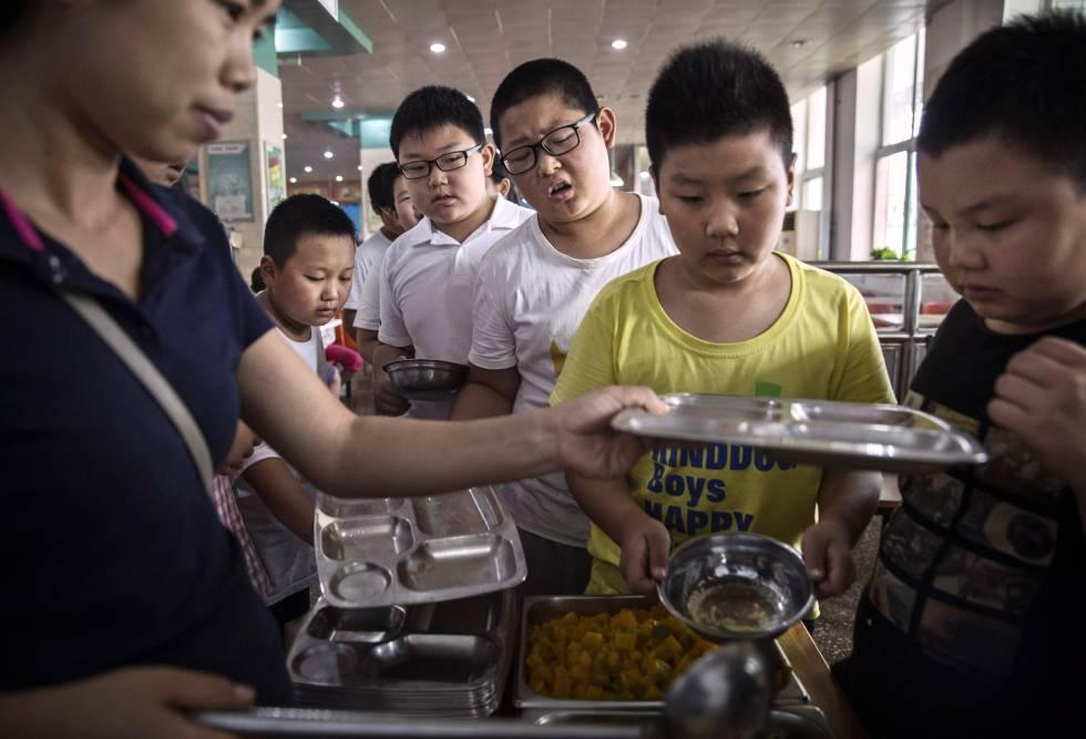 Un grupo de niños en un campamento contra la obesidad en Pekín (China).