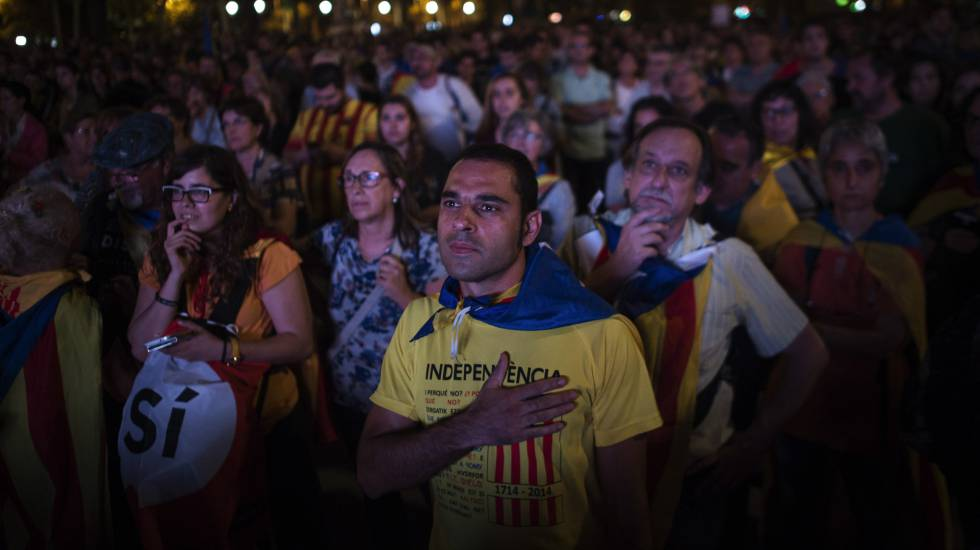 Un grupo de catalanes a favor de la independencia se concentraron a las puertas del Parlament para escuchar el discurso de Puigdemont.