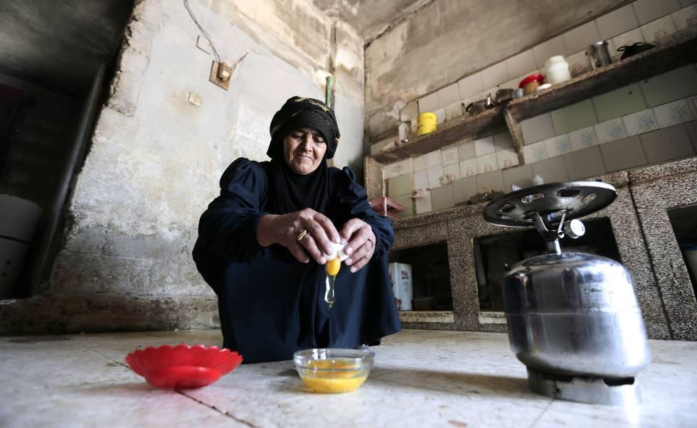 Una mujer prepara la comida a las afueras de Damasco (Siria).