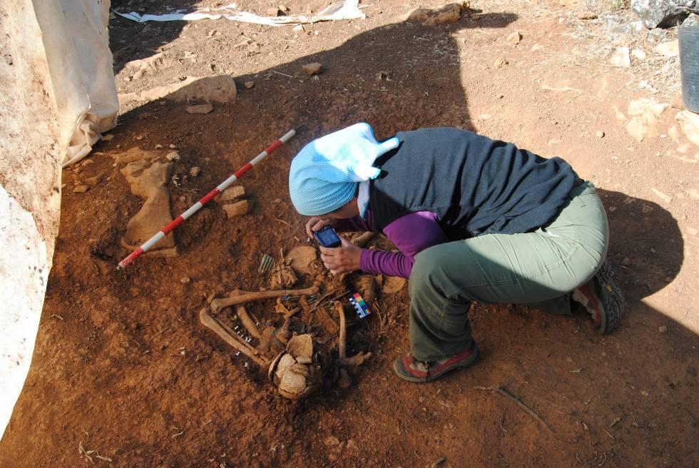Exhumación de un soldado en Abánades en el año 2012.