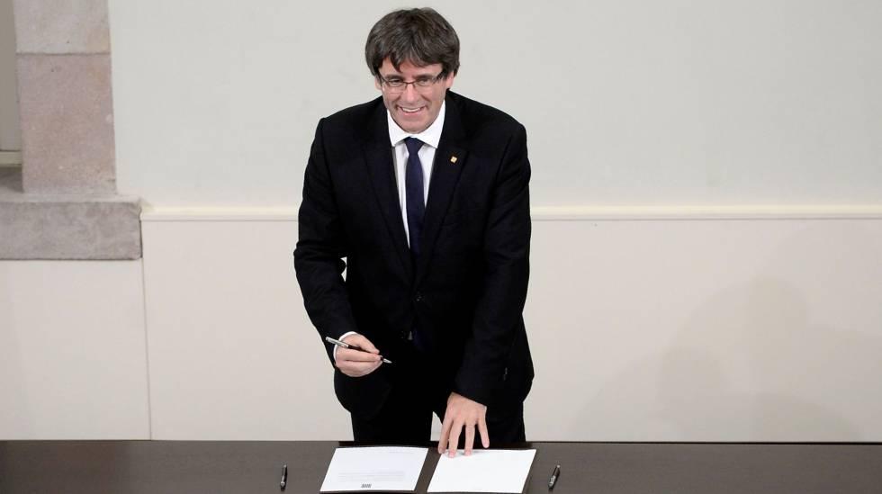Carles Puigdemont firma el documento de declaración de independencia de Cataluña.