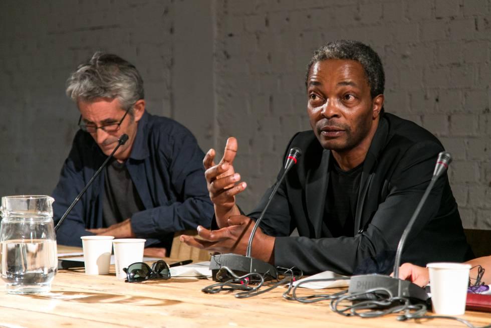 Simon Njami (derecha) y Abu Ali (izquierda), durante el Seminario 'Lo invisible, lo común y lo mágico: espacios y conocimientos colaborativos entre África y Europa', en el marco del 2º Grigri Pixel.