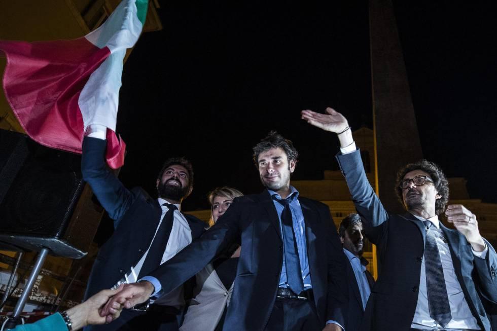 El diputado Alessandro Di Battista del Movimiento Cinco Estrellas encabeza una protesta del M5S en el exterior de la Cámara Baja de Roma contra la nueva ley electoral.