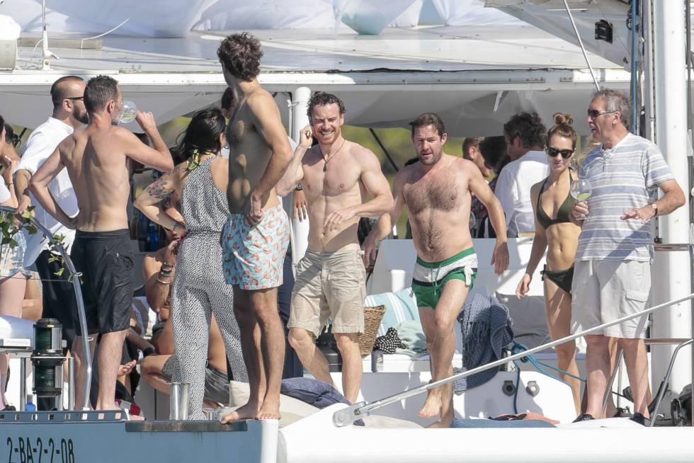 El actor Michael Fassbender junto a sus familiares y amigos en un barco en Ibiza.