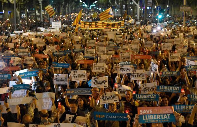 La multitud porta pancartas donde se puede leer 'Help Catalonia' y 'Freedom'.