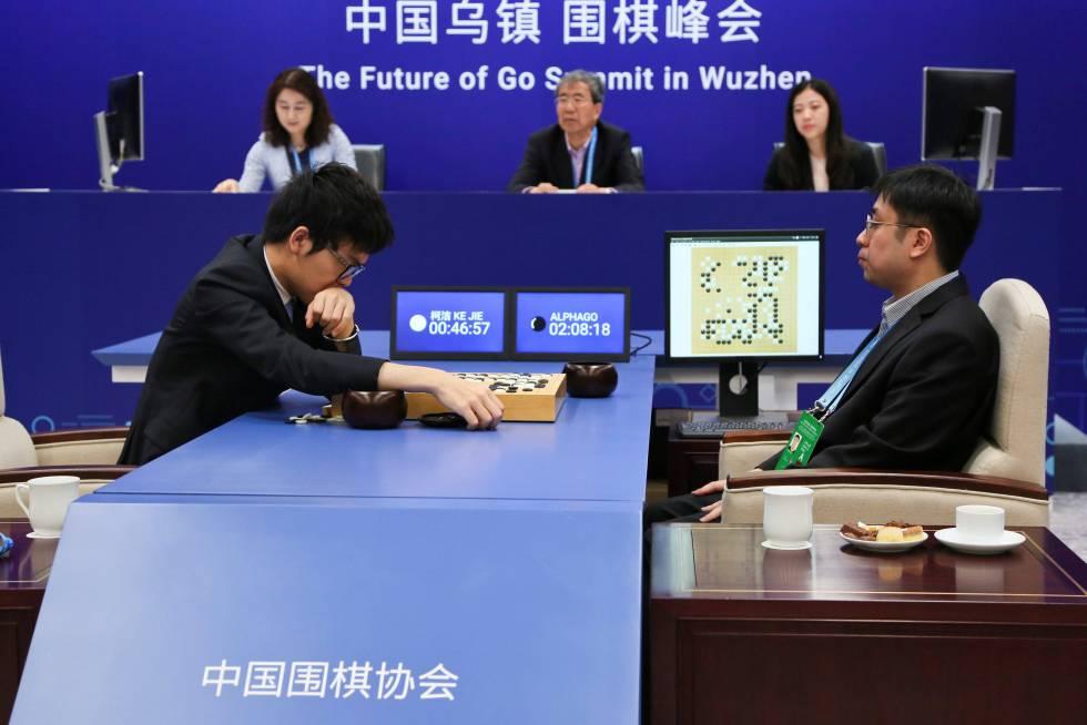 Jugadores de Go compiten contra el robot de Google AlphaGo el pasado mes de mayo.