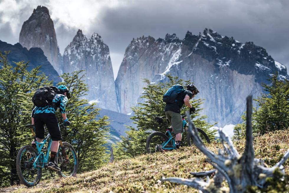 Ciclistas en ruta por el parque nacional Torres del Paine