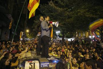 The two independence leaders on top of a Civil Guard vehicle on September 20.