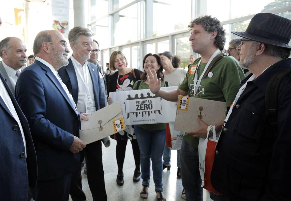Miembros del colectivo Pobresa Zero, entregan Graziano da Silva (i) un manifiesto para lograr medidas concretas contra la pobreza y la desigualdad.