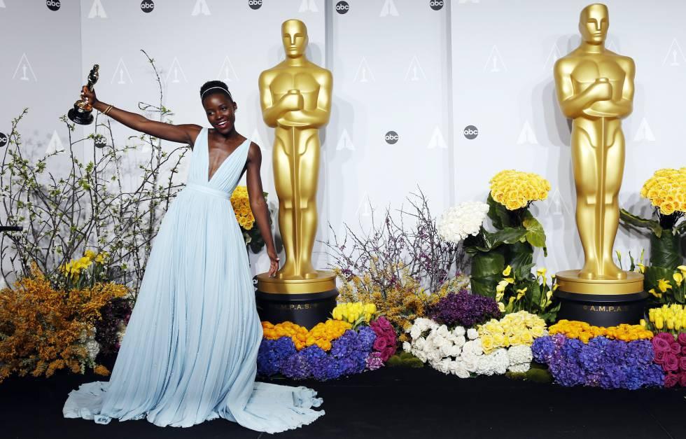Lupita Nyong'o, con su Oscar como mejor actriz de reparto por su papel en 'Doce años de esclavitud'.