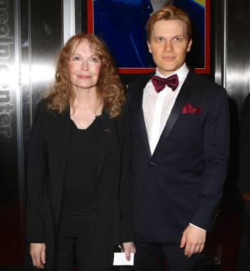 Ronan Farrow y su madre, la actriz Mia Farrow, el pasado mes de abril en Nueva York.