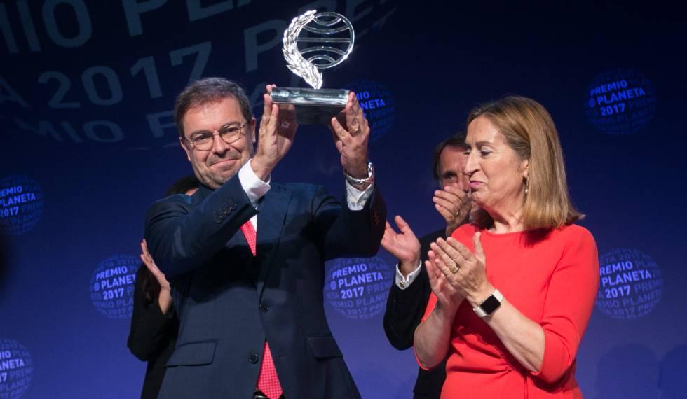 """Javier Sierra, escritor da novela """"O fogo invisível"""", recebe o Prêmio Planeta de Ana Pastor, presidente do Congresso."""