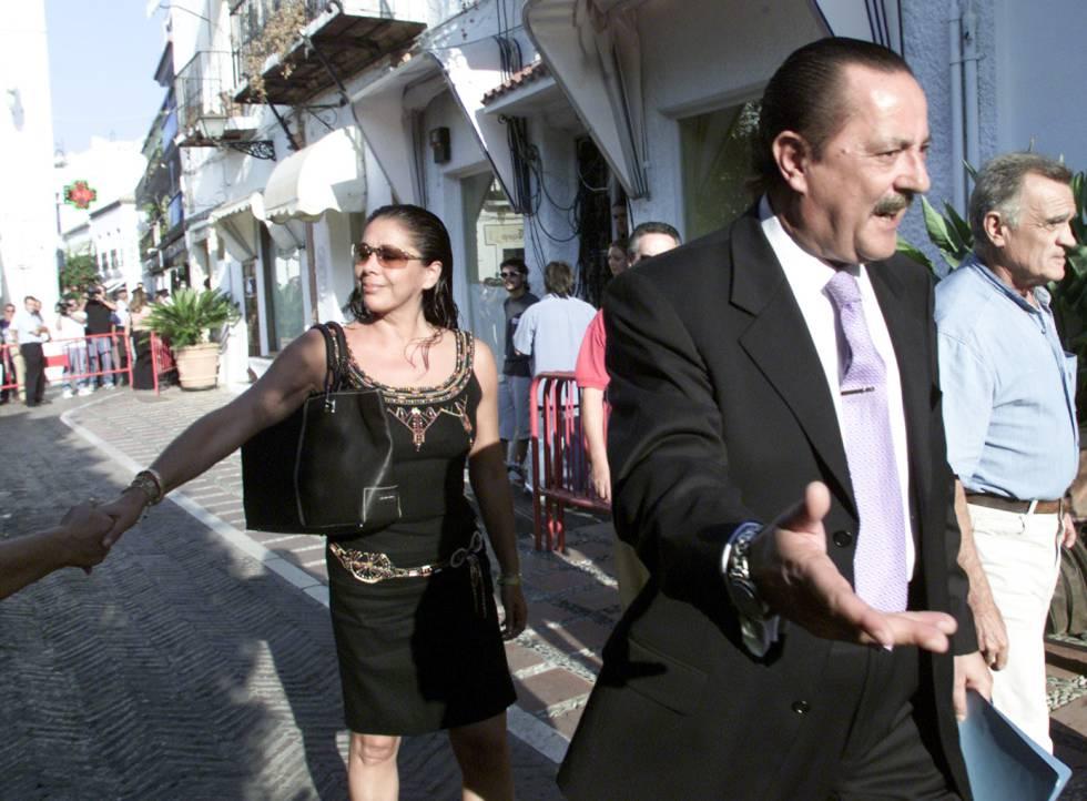 Julián Muñoz e Isabel Pantoja entrando en el Ayuntamiento de Marbella en agosto de 2003. .