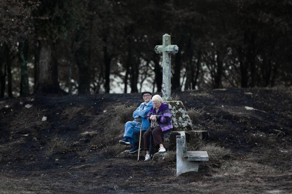 Incendio forestal en Galicia. Vecinos observan la zona quemada. rn rn rn