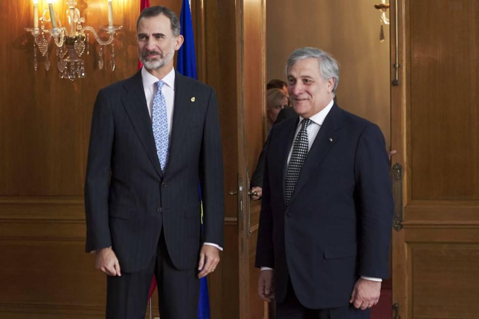 El Rey junto al presidente del Parlamento Europeo Antonio Tajani este viernes en Oviedo.
