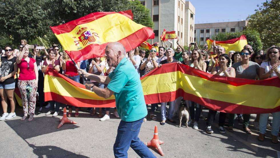 Vecinos de Castellón despiden con gritos de ánimo a guardia civiles destinados a Cataluña para reforzar el dispositivo policial ante el referéndum del 1 de octubre.