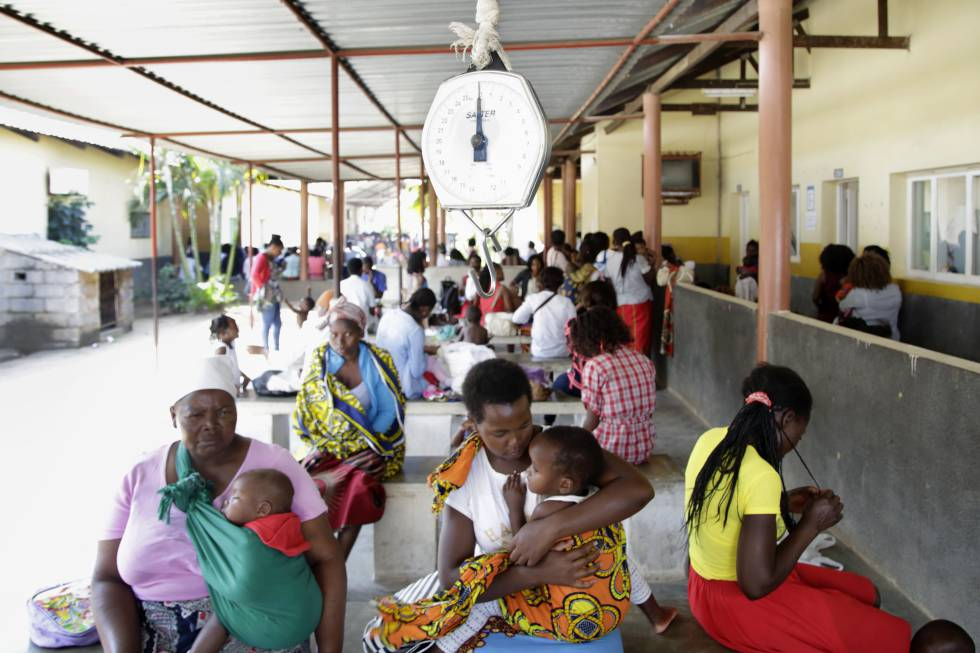 Madres e hijos esperan el turno de visita en el área de Infancia en Riesgo del centro de salud de Ndlavela. El 45% de las muertes de menores de cinco años en Mozambique está vinculada a la malnutrición, según Unicef, y la prevalencia del VIH es del 12,3%, según Onusida.
