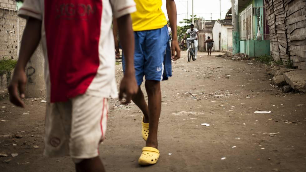 Vecinos pasean por el barrio Olaya Herrera de Cartagena de Indias, escena de numerosas peleas entre pandillas.