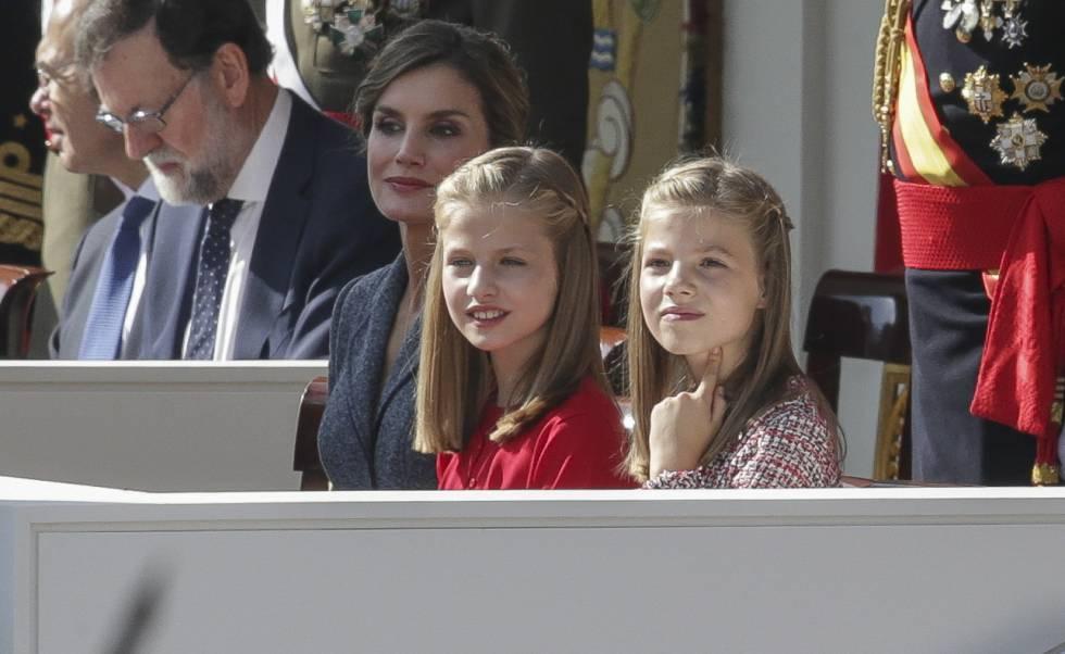 La princesa Leonor entre su hermana Sofía y su madre la Reina.