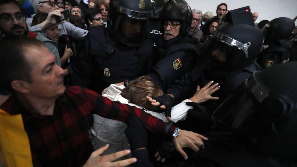 Desalojo de la Policía Nacional y retirada de urnas en un instituto de Barcelona el 1 de octubre.