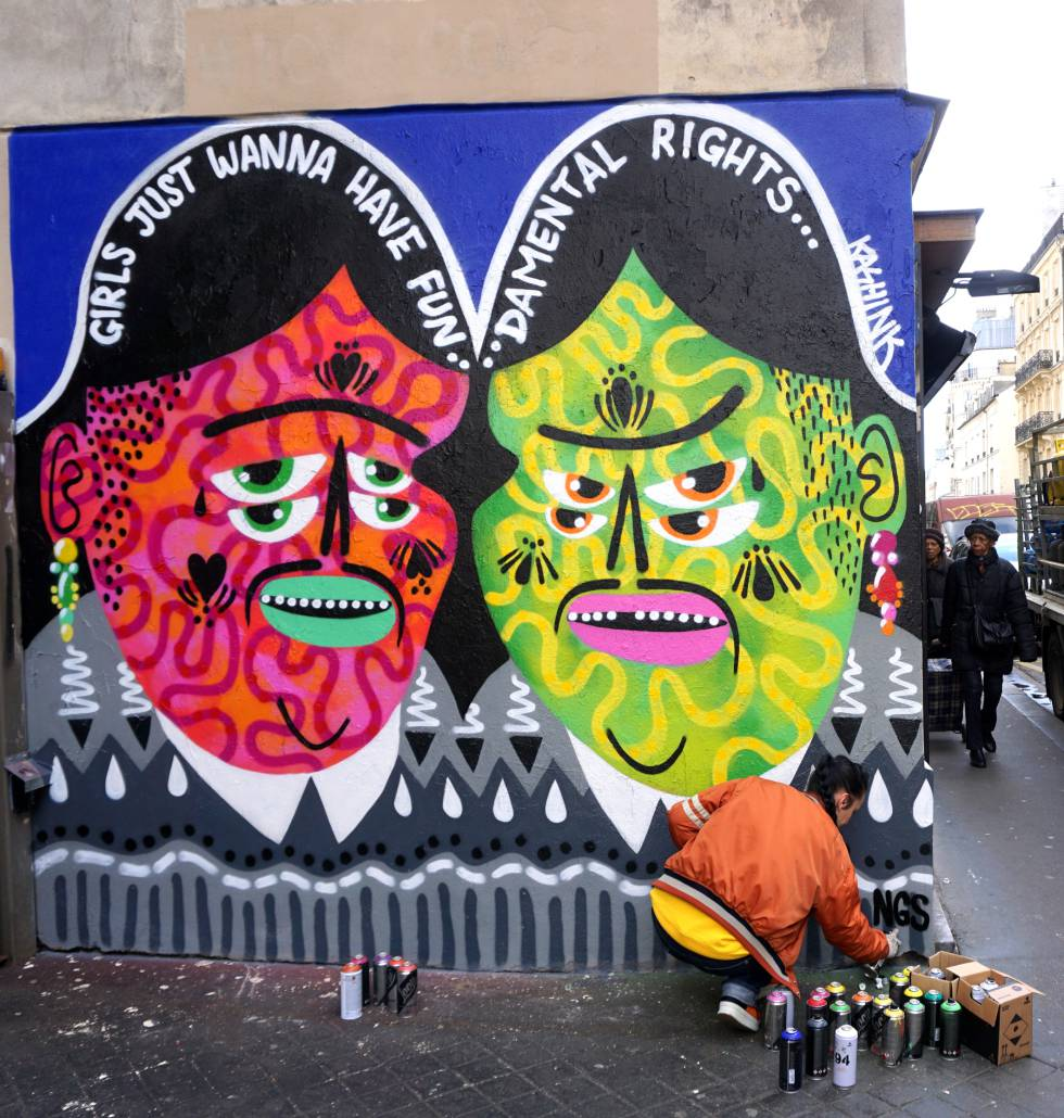 La artista Kashink terminando su obra 'Fundamental Rights'.