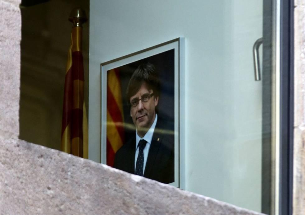 Un retrato de Carles Puigdemont en una de las ventanas del edificio de la Generalitat de Cataluña en Barcelona.rn