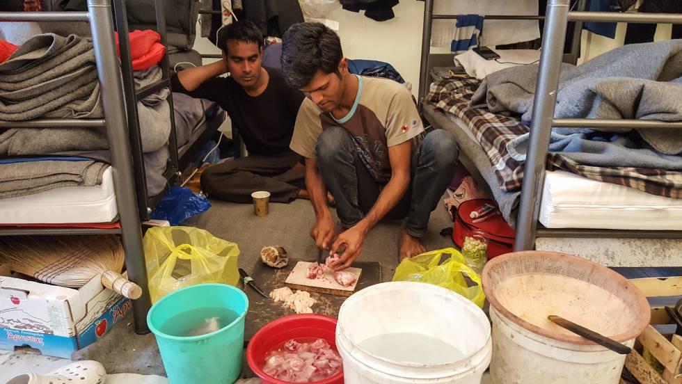 Aiful, de 25 años y de Bangladesh, prepara comida dentro de una gran tienda de campaña para refugiados. A su lado, Sail que era taxista en su país. Después de algunos problemas políticos huyó a Iraq. Debido a la guerra, no pudo quedarse allí y se marchó a Turquía, donde fue torturado. Decidió viajar a Grecia y llegó a Lesbos en julio de 2016.