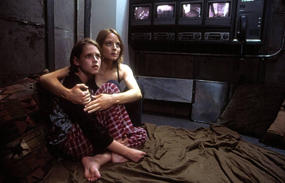 Jodie Foster con una joven Kristen Stewart, en una imagen de la película 'La habitación del pánico' (2002).