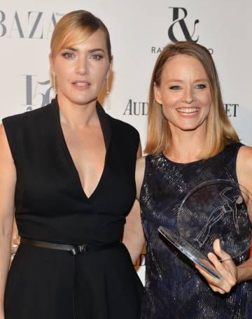 Las actrices Kate Winslet y, a la derecha, Jodie Foster, reconcidas anoche en los premios a las mujeres del año de la revista 'Harper's Bazaar' en Londres.