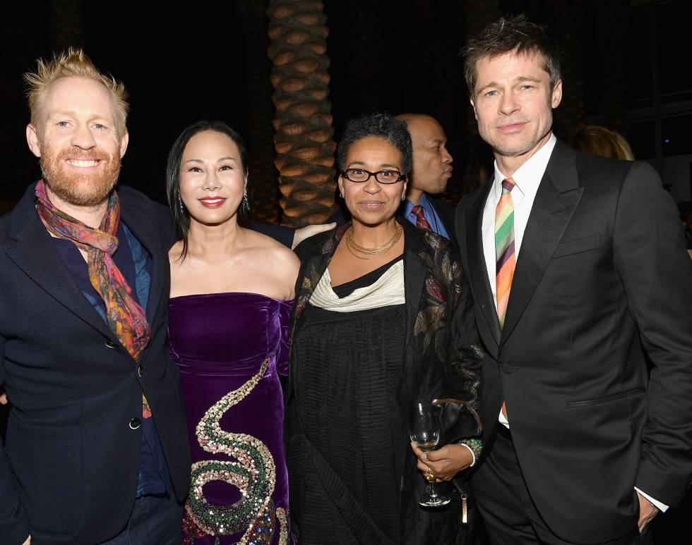 Brad Pitt (derecha) acompañado de (en orden) el artista Thomas Houseago, la empresaria Eva Chow y la productora Muna El Fituri.
