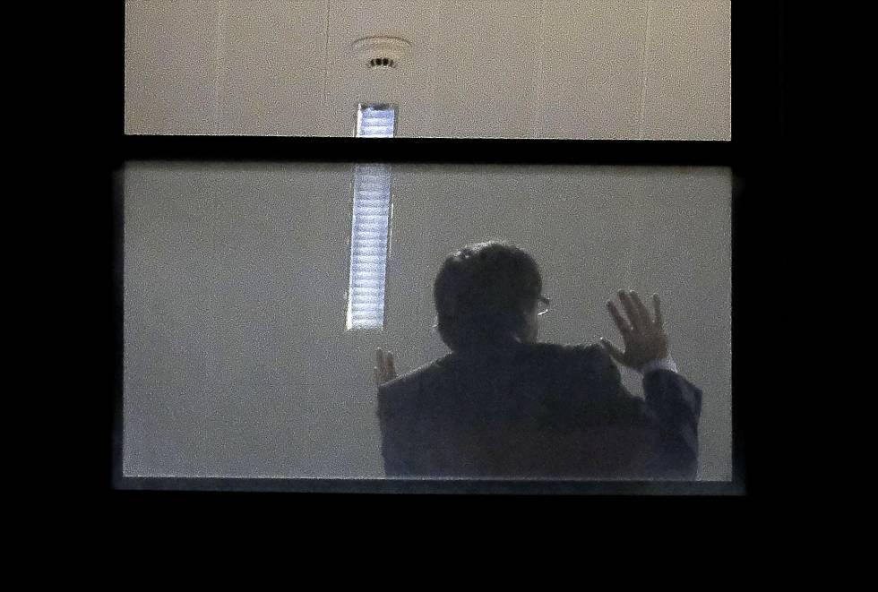 Puigdemont en el edificio de la fiscalía en Bruselas.