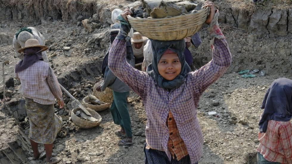 Una niña trabajando en Myanmar, en una imagen de 2013.